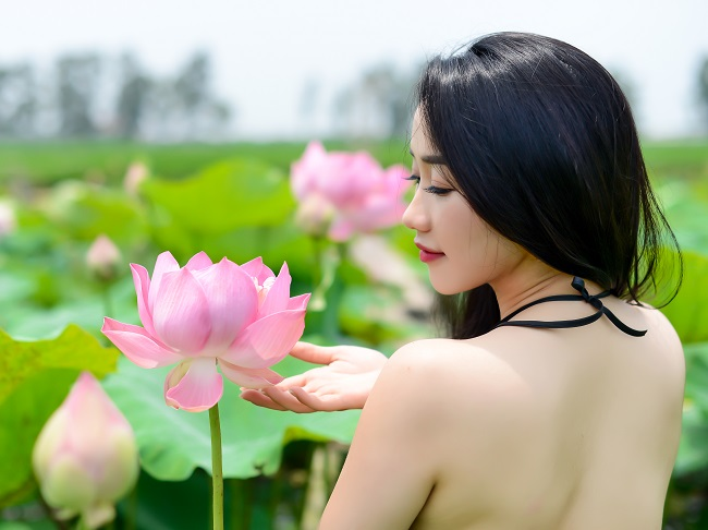 "chi em dien yem khoe lung non, vai nuot noi ""thien duong ha gioi"" hinh anh 1"