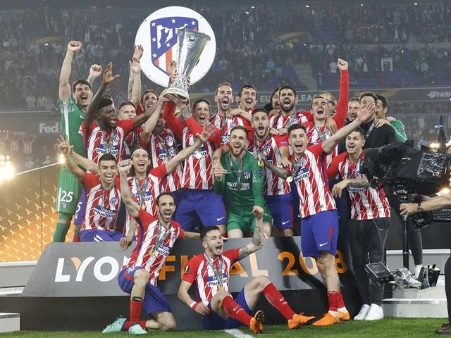 chum anh: atletico madrid tung bung don chiec cup europa league thu 3 hinh anh 1