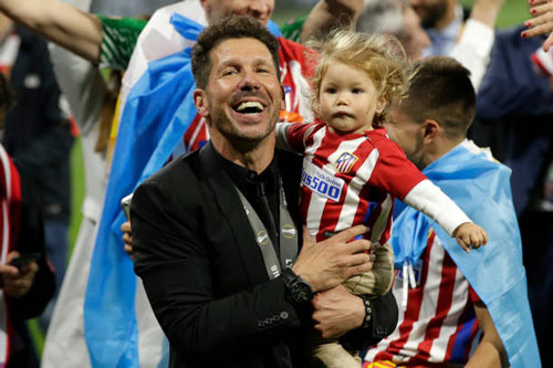chum anh: atletico madrid tung bung don chiec cup europa league thu 3 hinh anh 11
