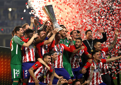 chum anh: atletico madrid tung bung don chiec cup europa league thu 3 hinh anh 4