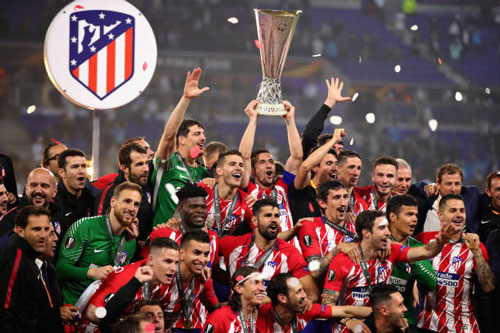 chum anh: atletico madrid tung bung don chiec cup europa league thu 3 hinh anh 8
