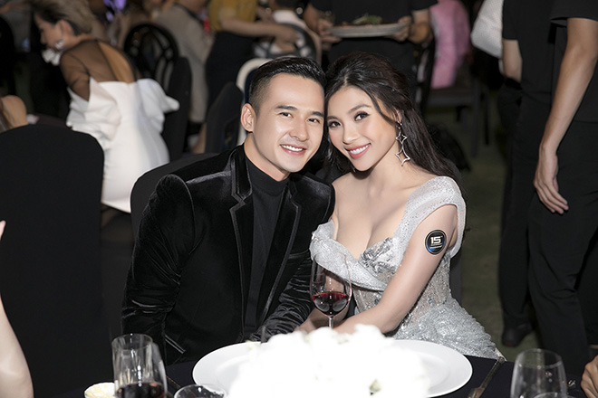 luong the thanh om chat thuy diem, khong roi nua buoc suot su kien hinh anh 4