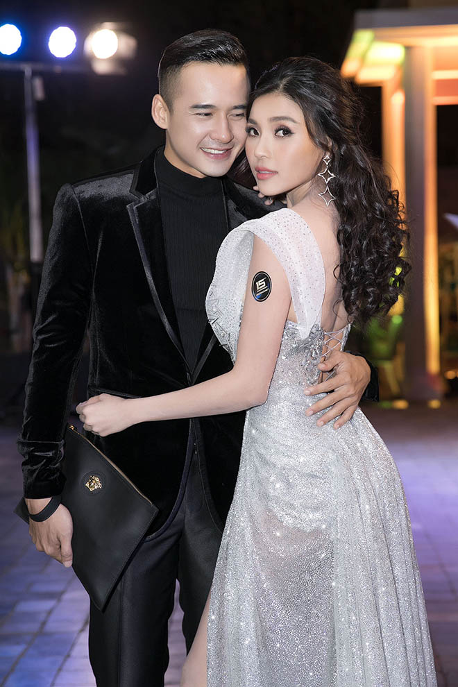 luong the thanh om chat thuy diem, khong roi nua buoc suot su kien hinh anh 3