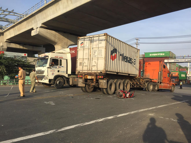 nam thanh nien khoc gao ben thi the di nam duoi gam xe container ngay nghi le hinh anh 1