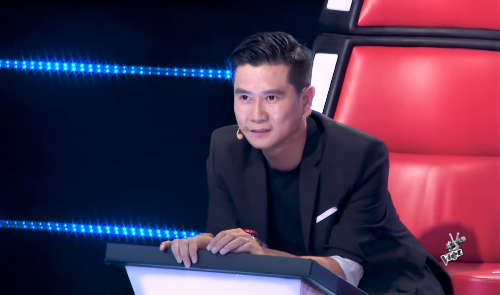 "co gai khien tuan hung bam nut ""switch"" va cac hlv the voice phat cuong la ai? hinh anh 3"