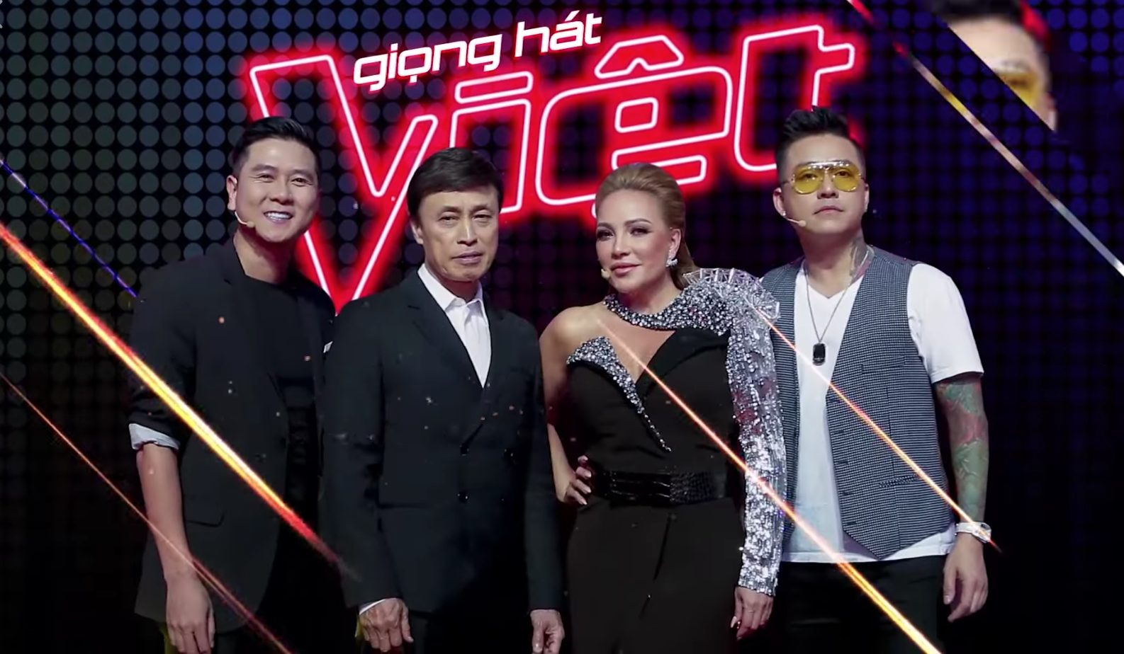 "co gai khien tuan hung bam nut ""switch"" va cac hlv the voice phat cuong la ai? hinh anh 1"
