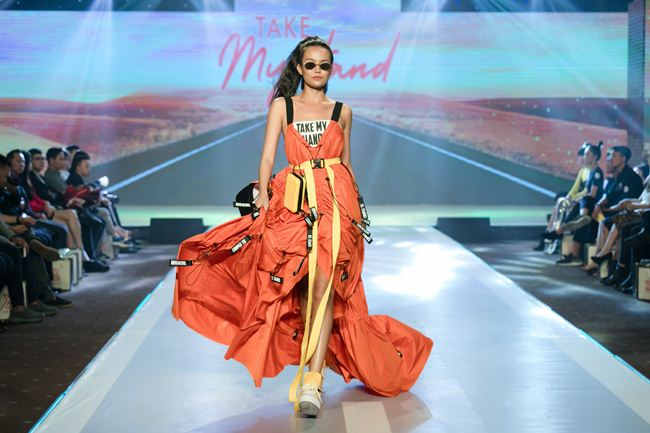 thanh hang hoi ngo hoc tro the face tren san catwalk hinh anh 5