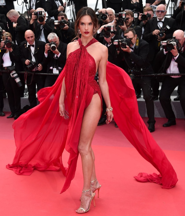 thien than victoria's secret ho tron vong 3 tren tham do cannes ngay 2 hinh anh 1