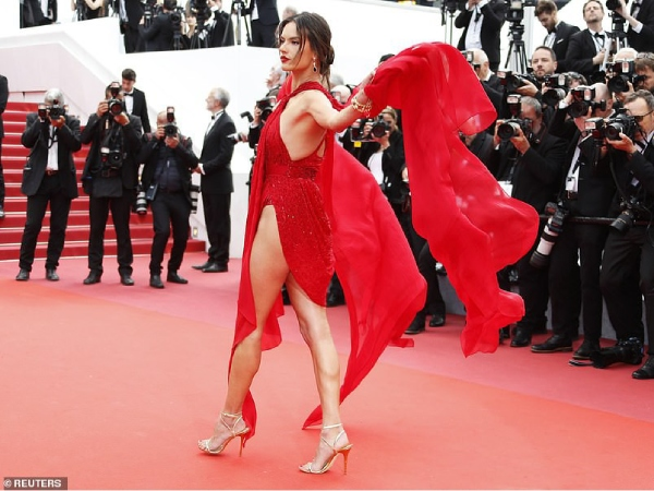 thien than victoria's secret ho tron vong 3 tren tham do cannes ngay 2 hinh anh 9
