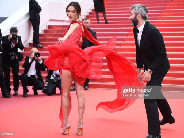 thien than victoria's secret ho tron vong 3 tren tham do cannes ngay 2 hinh anh 5
