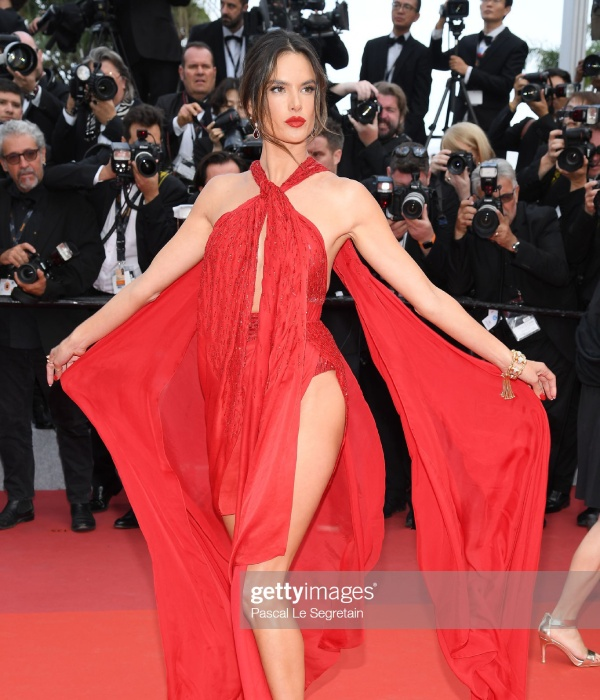 thien than victoria's secret ho tron vong 3 tren tham do cannes ngay 2 hinh anh 3