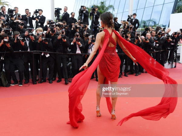 thien than victoria's secret ho tron vong 3 tren tham do cannes ngay 2 hinh anh 4