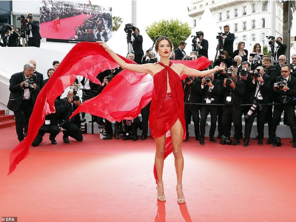 thien than victoria's secret ho tron vong 3 tren tham do cannes ngay 2 hinh anh 8