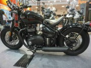 Media - Ngam Bonneville Bobber Black hop voi tay lai nho con co nhieu tien