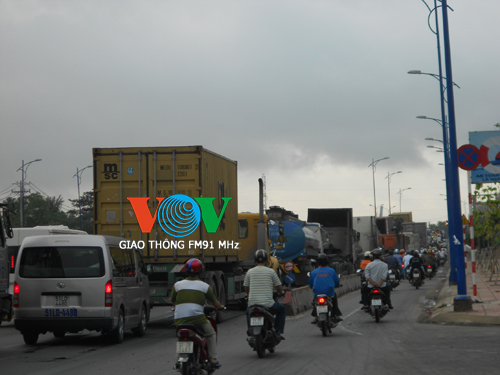 xe bac ty chui vao gam container, vo chong chet tham hinh anh 5
