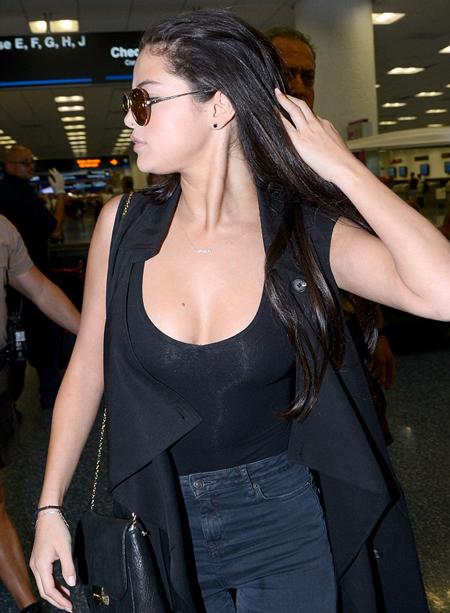"selena gomez lien tuc ""quen"" noi y, khoe vong mot nay no dot xuat hinh anh 4"