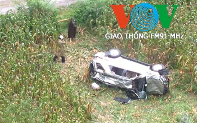 do deo mat lai o to lao xuong vuc sau, 2 nguoi thuong vong hinh anh 1