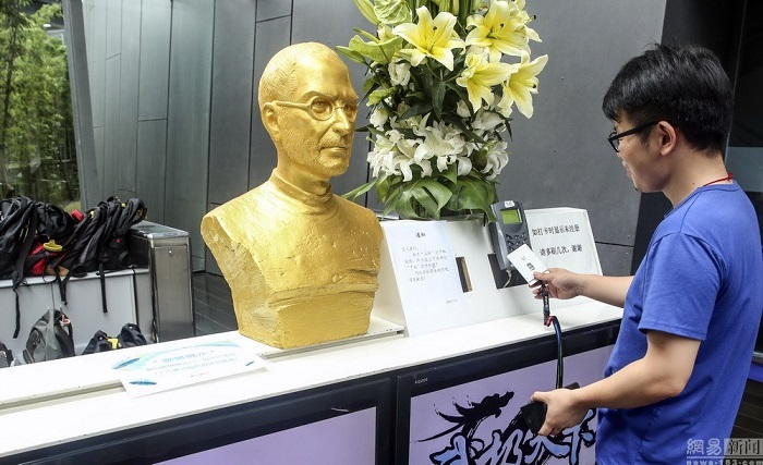 steve jobs duoc duc tuong vang tai trung quoc hinh anh 2