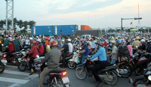 di lam ve, hai chi em cong nhan bi container can chet hinh anh 4