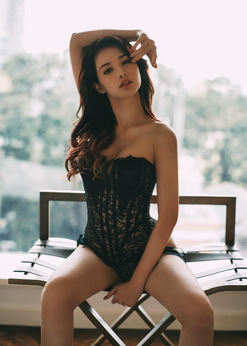 quynh chi khoe ve goi cam voi noi y trong phong ngu hinh anh 2