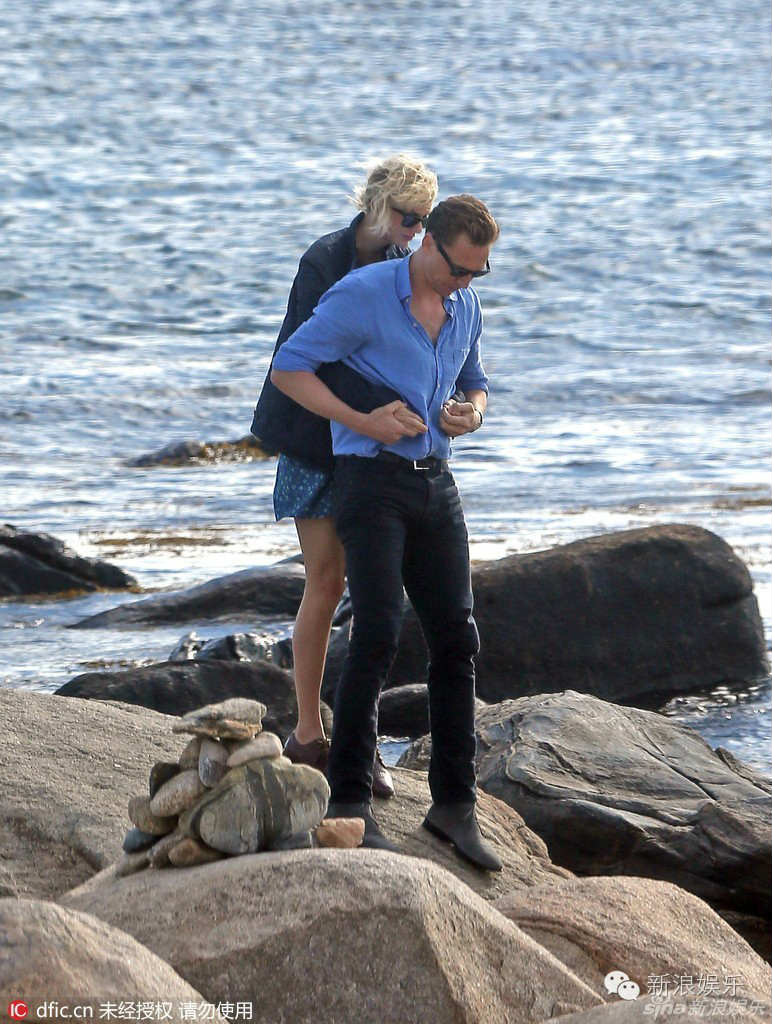 "tom hiddleston bi ""soi"" di mot doi giay hen ho taylor swift hinh anh 1"