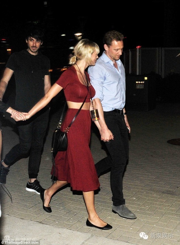 "tom hiddleston bi ""soi"" di mot doi giay hen ho taylor swift hinh anh 3"