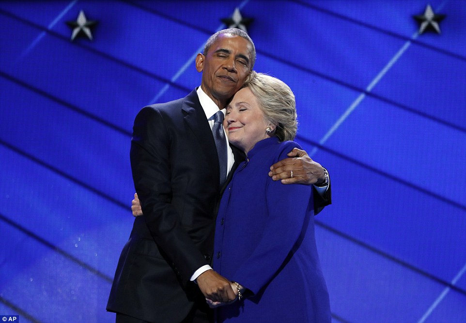ong obama om, cam tay ba clinton day tin tuong hinh anh 1