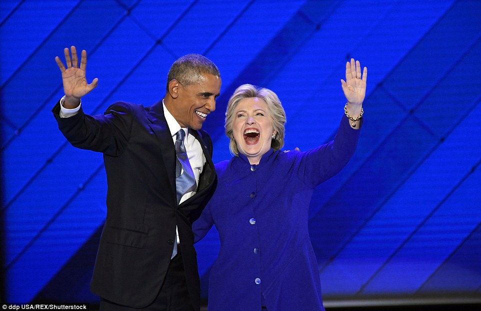 ong obama om, cam tay ba clinton day tin tuong hinh anh 3