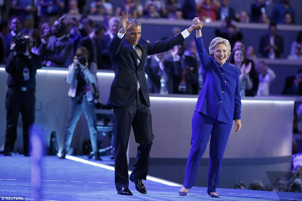 ong obama om, cam tay ba clinton day tin tuong hinh anh 4