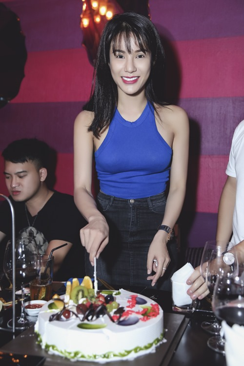diep lam anh om ban trai tinh cam trong tiec sinh nhat hinh anh 3