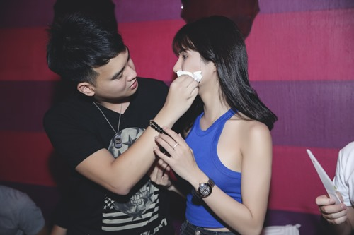 diep lam anh om ban trai tinh cam trong tiec sinh nhat hinh anh 5