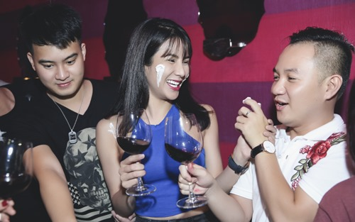 diep lam anh om ban trai tinh cam trong tiec sinh nhat hinh anh 4