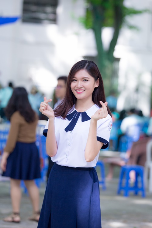 a hau thuy dung trong veo voi dong phuc nu sinh hinh anh 8