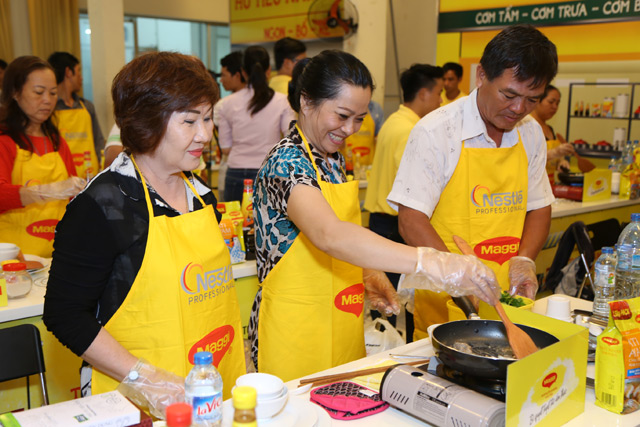 nestle tap huan ve sinh an toan thuc pham cho nguoi kinh doanh duong pho hinh anh 1