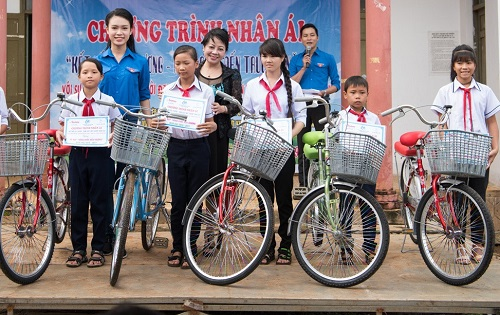 ngoc nu hoc gioi nhat hhvn tro thanh tien nu o buon ngheo hinh anh 6