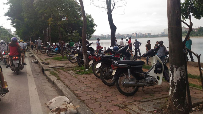 ha noi: phat hien thi the noi lop lo tren ho linh dam hinh anh 2