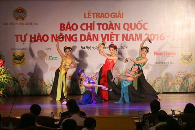 anh: toan canh le trao giai bao chi toan quoc tu hao nong dan vn hinh anh 1