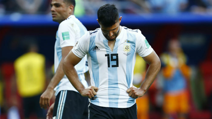 dt argentina bi loai cay dang, aguero quyet dinh tuong lai hinh anh 1