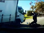 Video: Pha thoat chet than ky cua biker