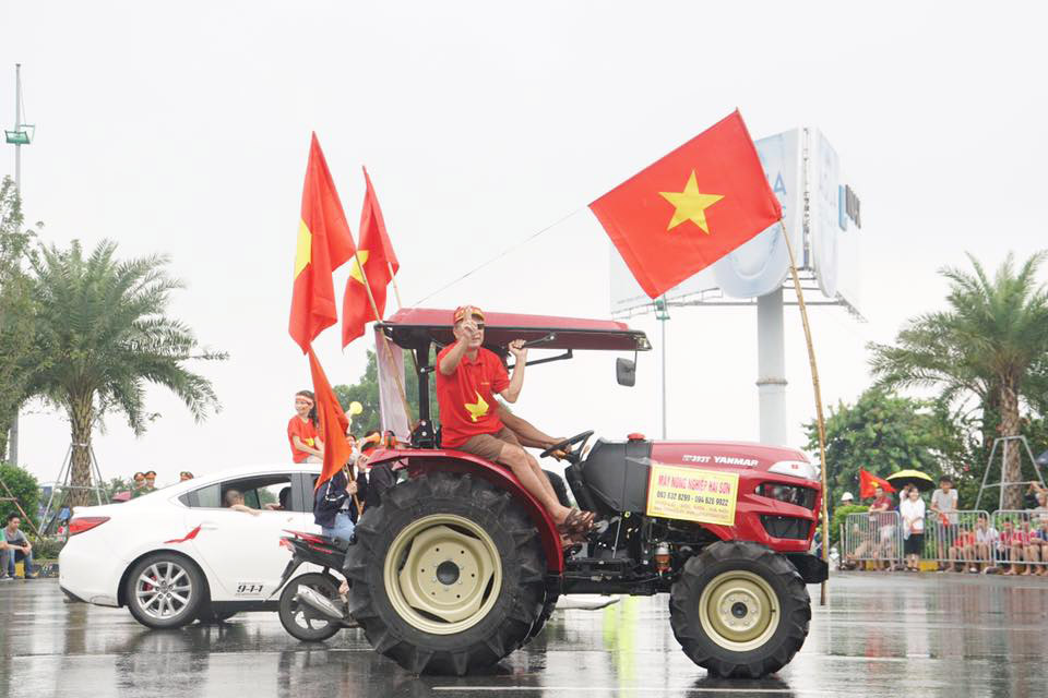 anh, clip: may cay xuong duong don olympic viet nam ngay tro ve hinh anh 3