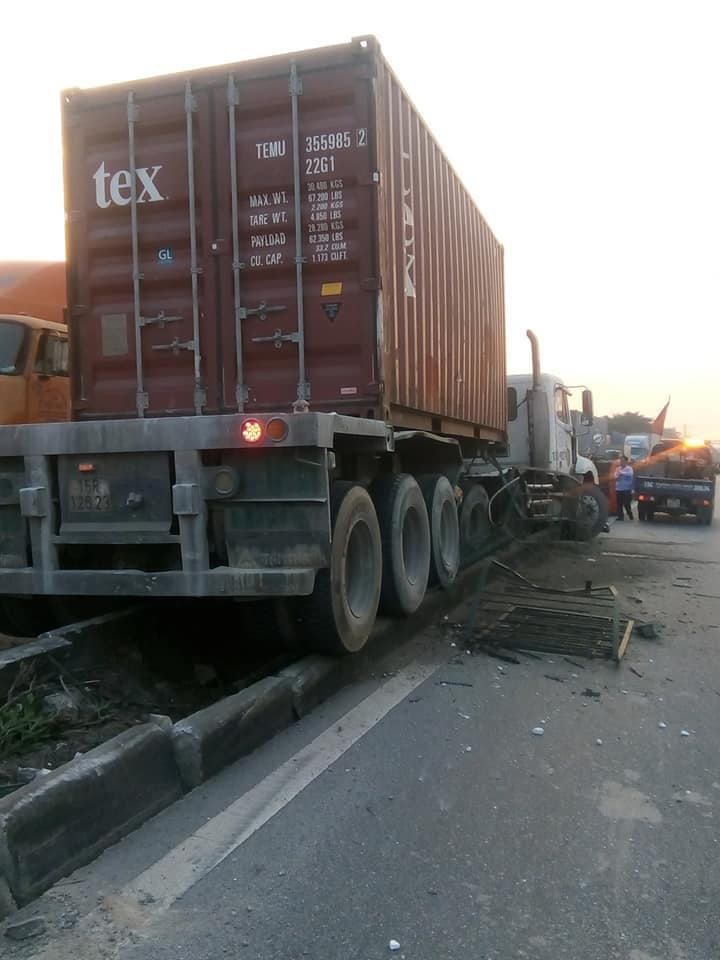 hai xe container va cham boc chay ngun ngut tren quoc lo 5, lai xe chet chay hinh anh 1