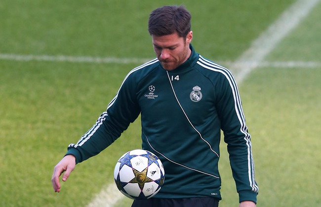 "liverpool, chelsea ""dai chien"" vi xabi alonso hinh anh 1"