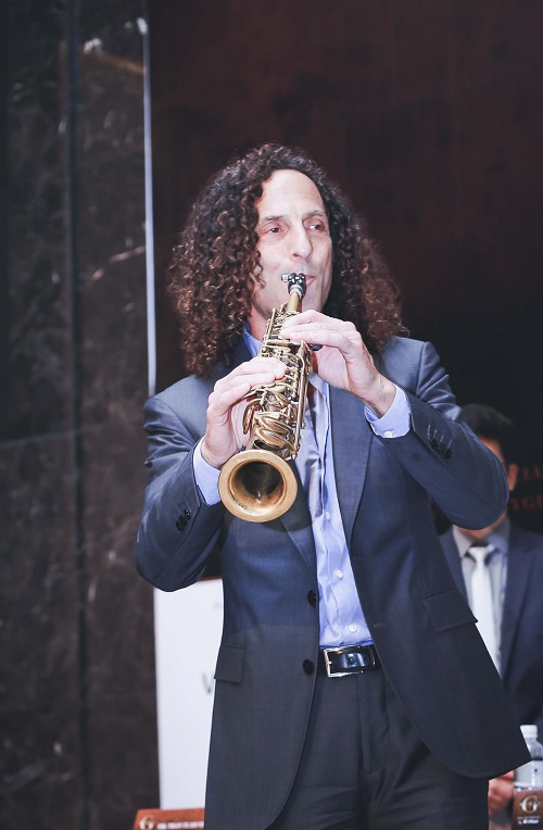 kenny g tiet lo ly do luon mang ken saxophone ben minh hinh anh 3