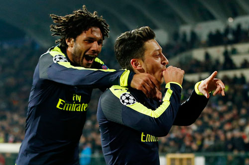 gianh ve du vong knock-out, arsenal lap 2 ky luc o champions league hinh anh 1
