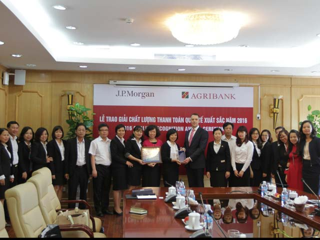 "agribank vinh du nhan giai thuong ""chat luong thanh toan quoc te xuat sac nam 2016"" hinh anh 1"