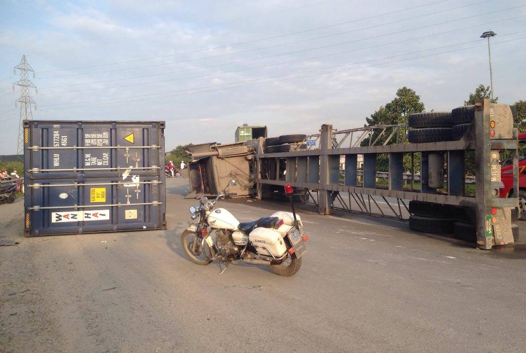 tp.hcm: container lat ngang tren doc cau, giao thong te liet hinh anh 1