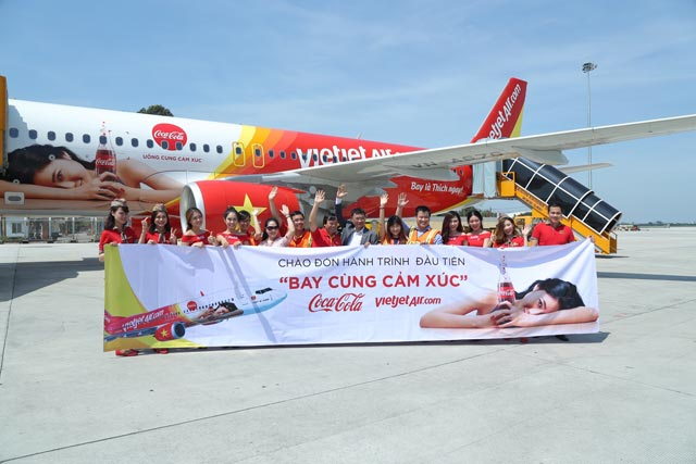 """bay cung cam xuc - uong cung cam xuc"" voi vietjet & coca-cola hinh anh 3"