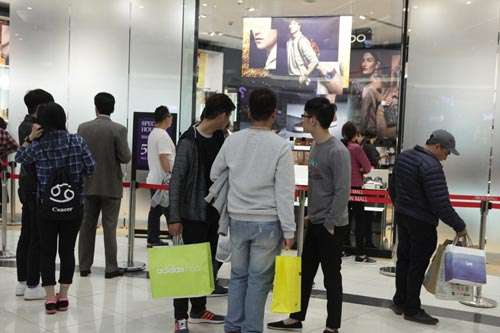 "ha noi: quy ong cung ""quay"" voi black friday hinh anh 6"