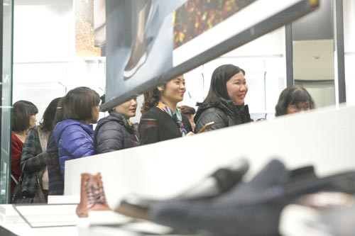 "ha noi: quy ong cung ""quay"" voi black friday hinh anh 14"