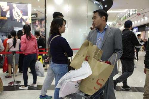 "ha noi: quy ong cung ""quay"" voi black friday hinh anh 5"